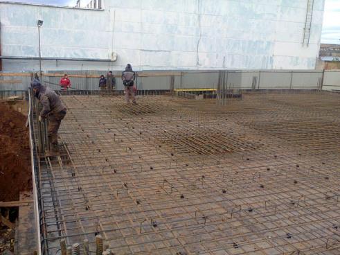 Идет строительство промышленного предприятия, ведутся работы по устройству монолитного перекрытия