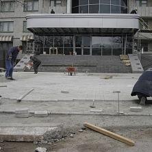 Укладка тротуарной плитки на прилегающей территории