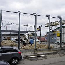 Продолжается строительство склада. Устанавливаются колонны и прогоны стен. На строительстве задействована спецтехника Строительной компании ТАВ