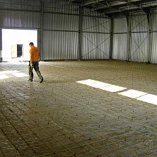 Подготавливается основание для устройства бетонного пола с армированием